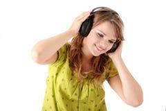 美丽的女孩听的音乐少年 免版税图库摄影