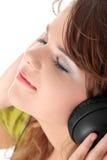 美丽的女孩听的音乐少年 免版税库存照片