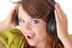 美丽的女孩听的音乐少年 免版税库存图片