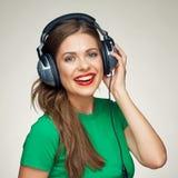 美丽的女孩听的音乐 微笑的妇女 免版税库存照片