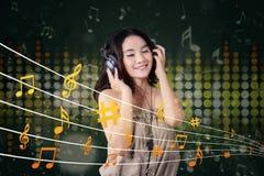 美丽的女孩听的音乐 库存照片