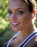 美丽的女孩听的音乐 免版税图库摄影