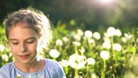 美丽的女孩吹的蒲公英夏日 股票视频