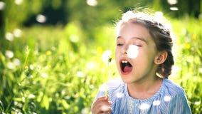 美丽的女孩吹的蒲公英夏日 影视素材