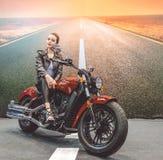 美丽的女孩和一辆豪华摩托车 速度和自由 库存图片
