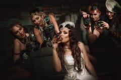 美丽的女孩和摄影师 免版税库存图片