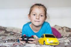 美丽的女孩和玩具汽车 库存图片