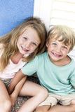 美丽的女孩和男孩海滩的 免版税图库摄影