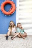 美丽的女孩和男孩海滩的 免版税库存照片