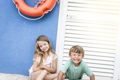 美丽的女孩和男孩海滩的 库存图片