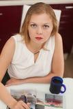 美丽的女孩喝咖啡 图库摄影