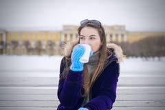 美丽的女孩喝在街道的咖啡 图库摄影