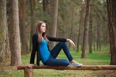 美丽的女孩在一个公园在夏天 免版税库存图片
