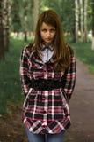 美丽的女孩在一个古老森林里 图库摄影