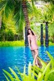 年轻美丽的女孩在一个热带海岛 暑假conce 库存图片