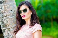 年轻美丽的女孩在一个热带海岛 暑假conce 库存照片