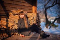 美丽的女孩在一个美丽的天冬天雪公园 免版税库存照片