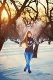 美丽的女孩在一个美丽的天冬天雪公园 库存图片