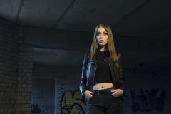 美丽的女孩在一个黑暗的走廊 免版税库存图片