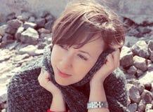 美丽的女孩在一片石沙漠 免版税库存照片