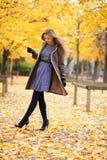 美丽的女孩在公园在一秋天天 免版税库存照片