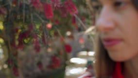 美丽的女孩在公园走 股票视频