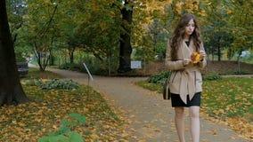 年轻美丽的女孩在公园,慢动作走 影视素材
