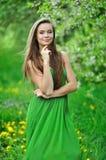 年轻美丽的女孩在公园 库存图片
