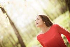 美丽的女孩在公园 库存图片