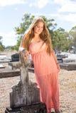美丽的女孩在公墓 免版税库存图片