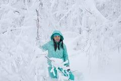 美丽的女孩在冬天森林里 图库摄影