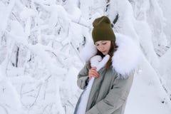 美丽的女孩在冬天森林里 免版税库存照片