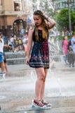 年轻美丽的女孩在喷泉跳舞 库存图片