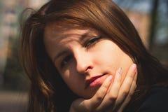 美丽的女孩在城市 库存图片