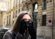 美丽的女孩在城市 免版税库存照片
