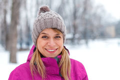 美丽的女孩在室外的冬天 免版税图库摄影