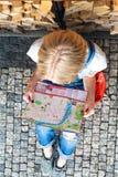 美丽的女孩在布拉格看城市地图 顶视图 免版税库存照片