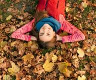 美丽的女孩在户外五颜六色的秋天 库存照片