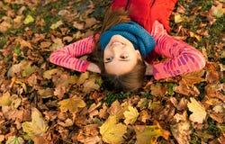 美丽的女孩在户外五颜六色的秋天 图库摄影