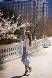 美丽的女孩在户外春天晴天 免版税库存照片