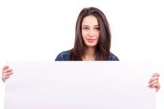 美丽的女孩在手上拿着一张海报 免版税库存图片