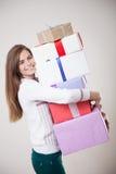 美丽的女孩在手上许多礼物 库存照片