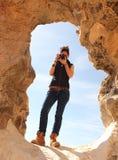 年轻美丽的女孩在接近Farafra绿洲的惊人的白色沙漠中间拍照片在埃及 免版税库存照片