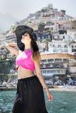 美丽的女孩在摆在小船的阿马飞的波西塔诺 免版税库存图片