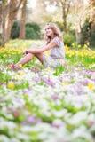 美丽的女孩在森林里在一个春日 库存图片