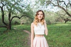 美丽的女孩在森林里走 库存照片