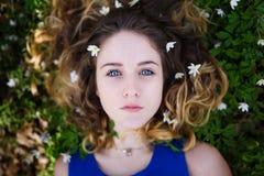 美丽的女孩在森林里 图库摄影