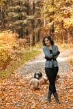 美丽的女孩在秋天公园 免版税库存图片