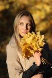 美丽的女孩在秋天公园 图库摄影
