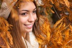 美丽的女孩在秋天 免版税图库摄影